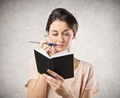 A notebook tartó női