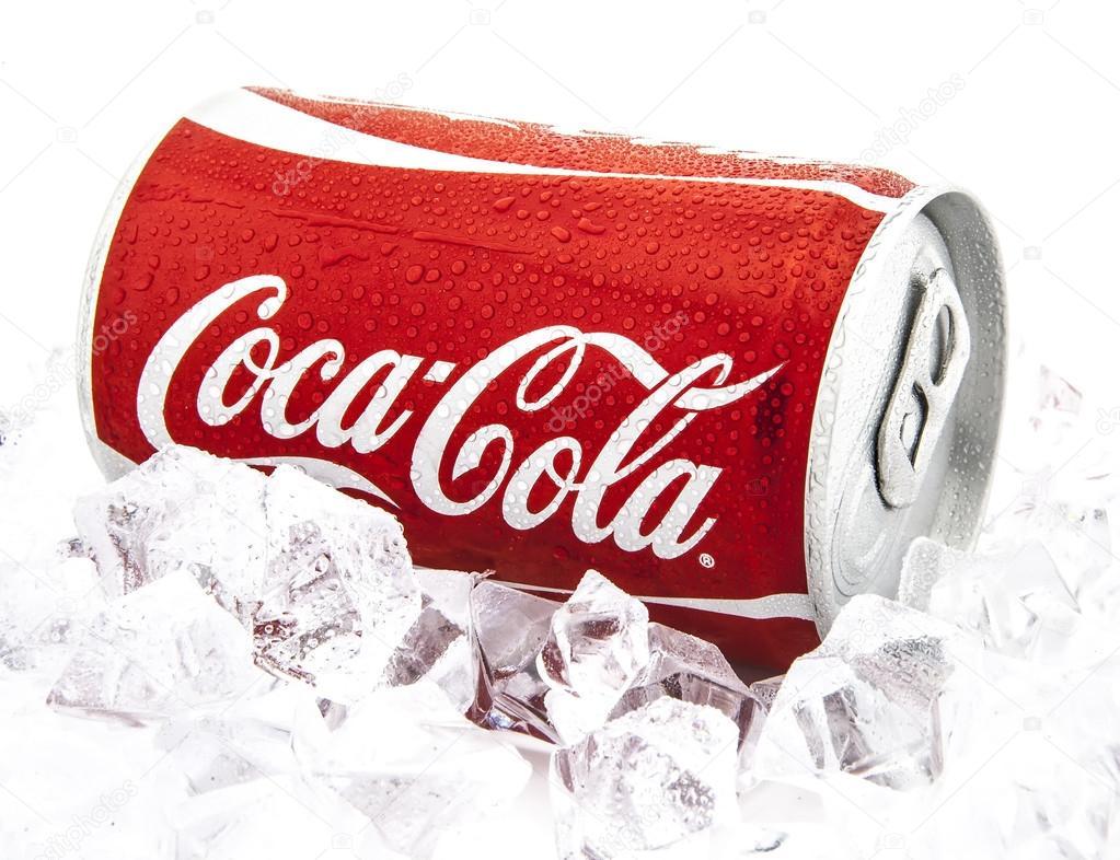 Lattina Di Coca Cola Su Un Letto Di Ghiaccio Sopra Uno Sfondo Bianco