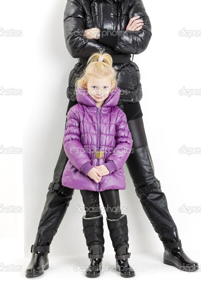Mutter und Tochter Tragen Jacken und Stiefel — Stockfoto