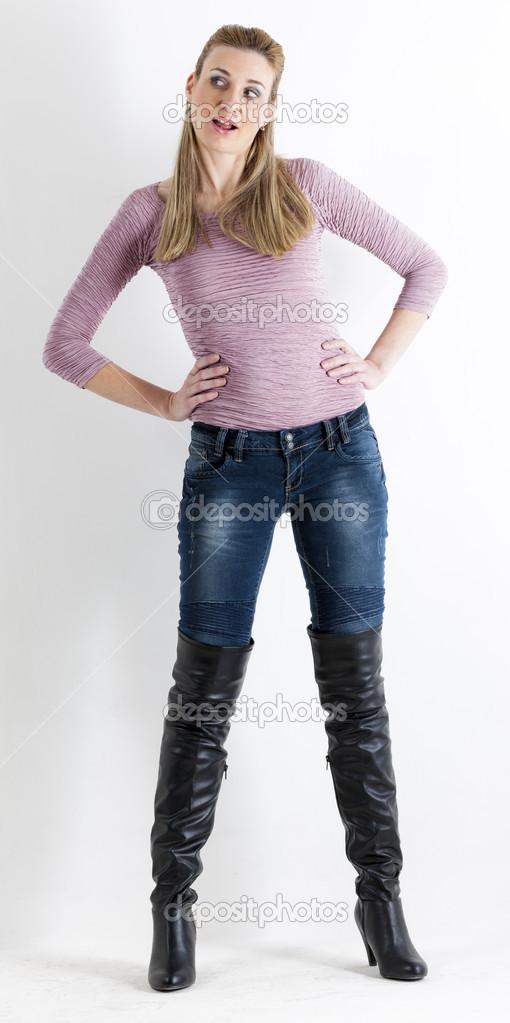 Stehende Frau in Jeans und schwarzen Stiefeln — Stockfoto