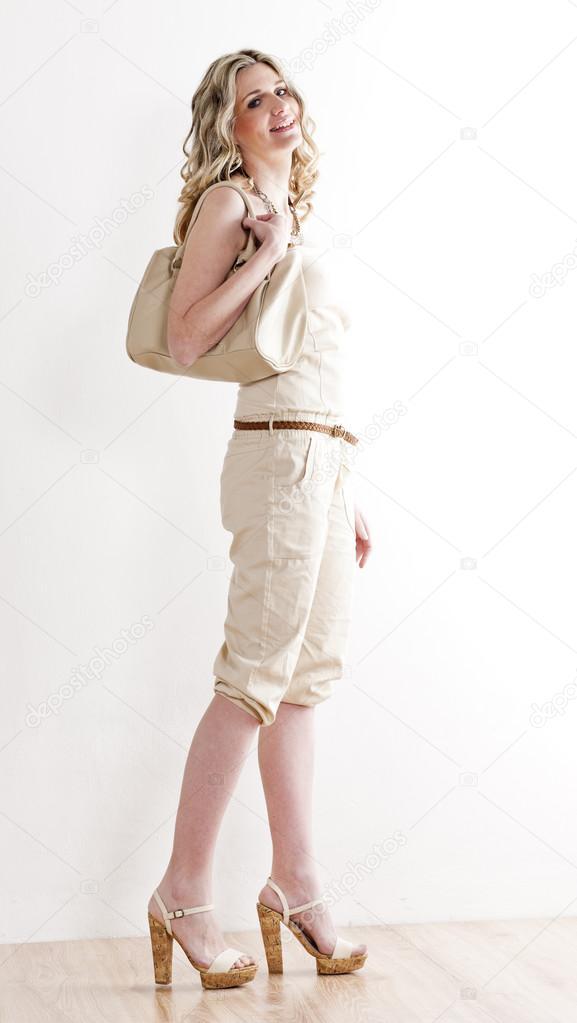 c402b8f672f Στέκεται γυναίκα που φοράει τα καλοκαιρινά ρούχα και παπούτσια — Φωτογραφία  Αρχείου