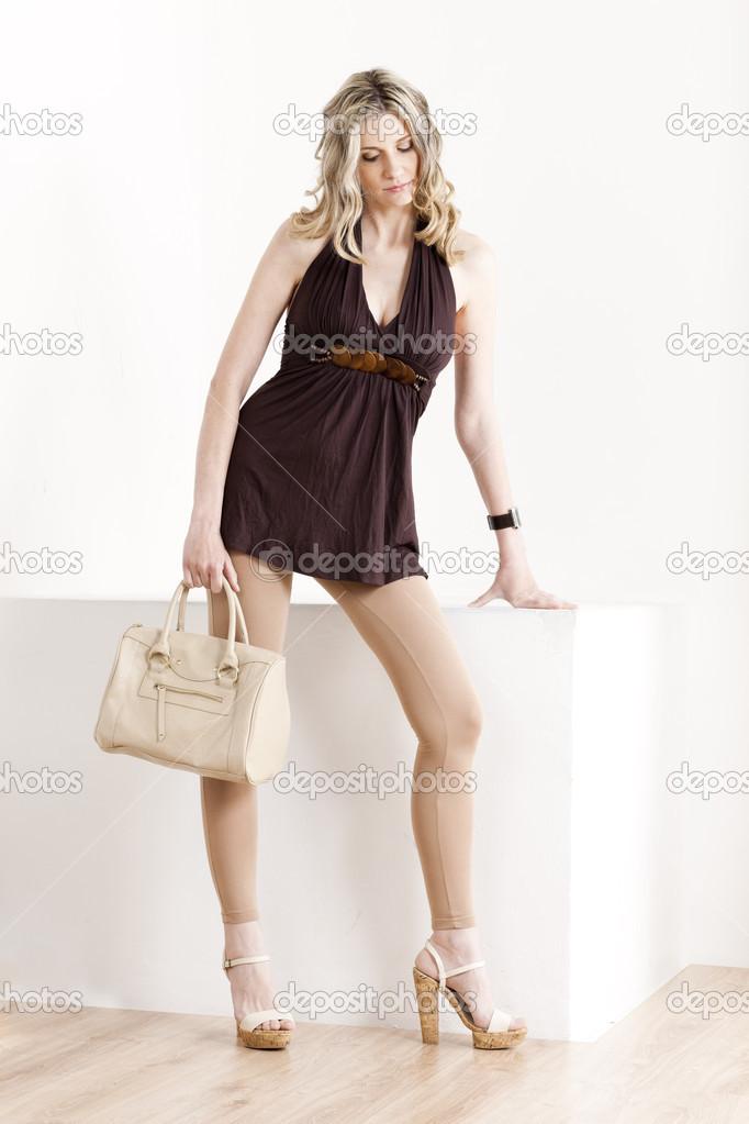 380b2a94fef Στέκεται γυναίκα που φοράει τα καλοκαιρινά ρούχα και παπούτσια με μια  τσάντα — Φωτογραφία Αρχείου