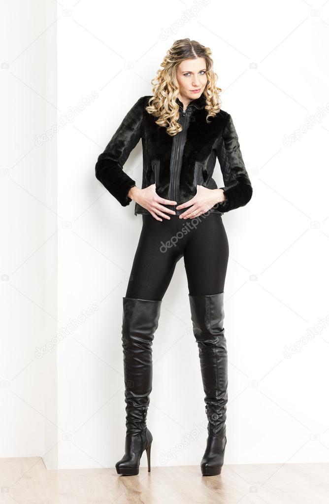 d35bf98b71c Στέκεται γυναίκα φοράει μόδας μαύρα ρούχα και μπότες — Φωτογραφία Αρχείου