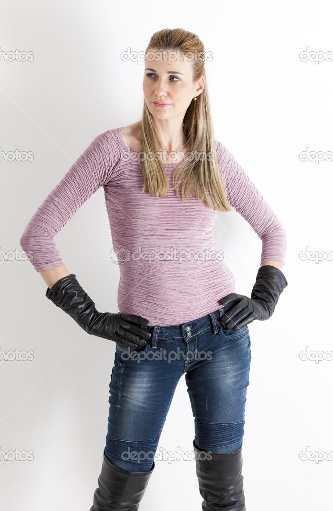 Porträt stehende Frau Jeans und schwarze Stiefel — Stockfoto