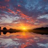 Fotografia bel tramonto sul lago
