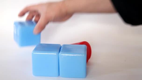 hraní s hračky plastové děti cihly
