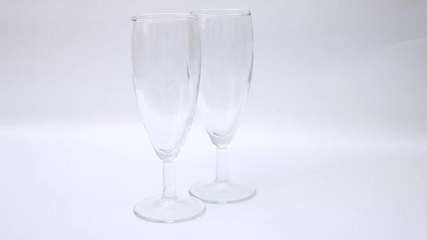 Nalil víno do dvou sklenice na víno