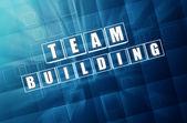 Teambuilding v modré skleněné tvárnice