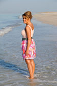 Photo Attractive Woman Walking on the Beach
