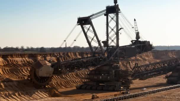 Povrchová těžba hnědého uhlí