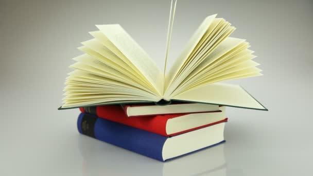 2. egy nyitott könyv