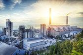 Fotografie záře světla petrochemického průmyslu na sunset