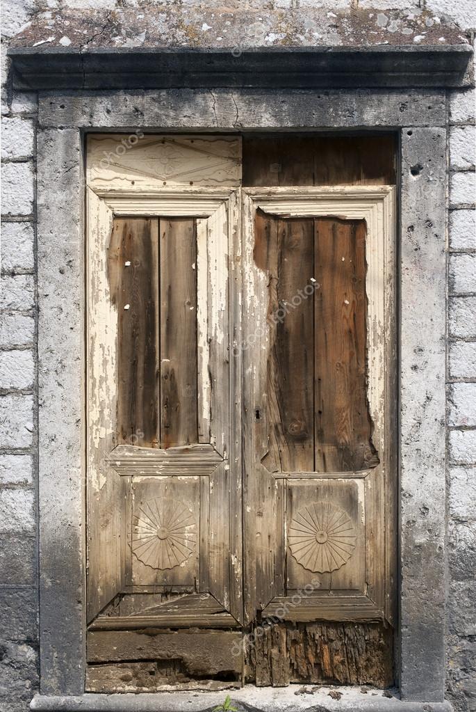 puertas de madera antiguas u foto de stock
