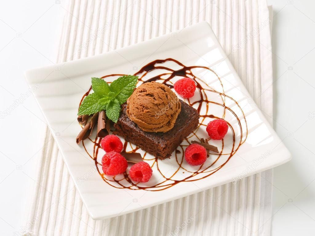 d61831d9e16c brownie de chocolate com gelado e framboesas — Fotografias de Stock ...