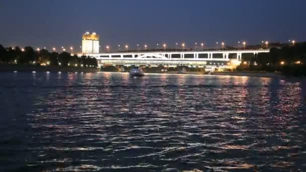 Moskova Nehri, luzhnetskaya Köprüsü (metro Köprüsü) ve promenade. Moscow, Rusya Federasyonu