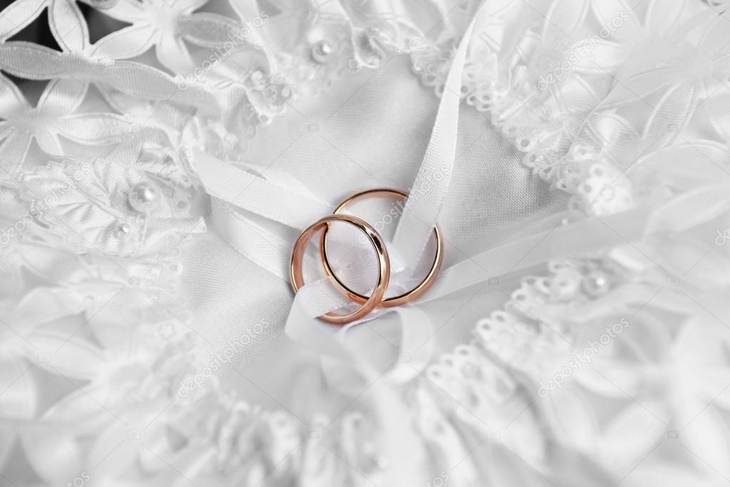 ringar på brud kudde — Stockfotografi © Taden1  14139661 c42759d6fb4ab