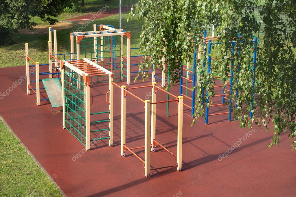 Juegos Infantiles Al Aire Libre En El Parque De Verano Despues De La