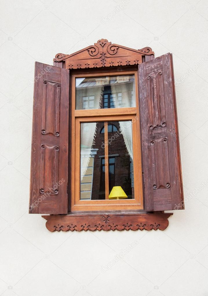 marco de ventana de madera con adornos y persianas — Foto de stock ...