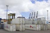 kontejnery a jeřábů přístavu Montevideo