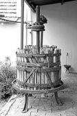 Fotografia vecchio torchio in legno