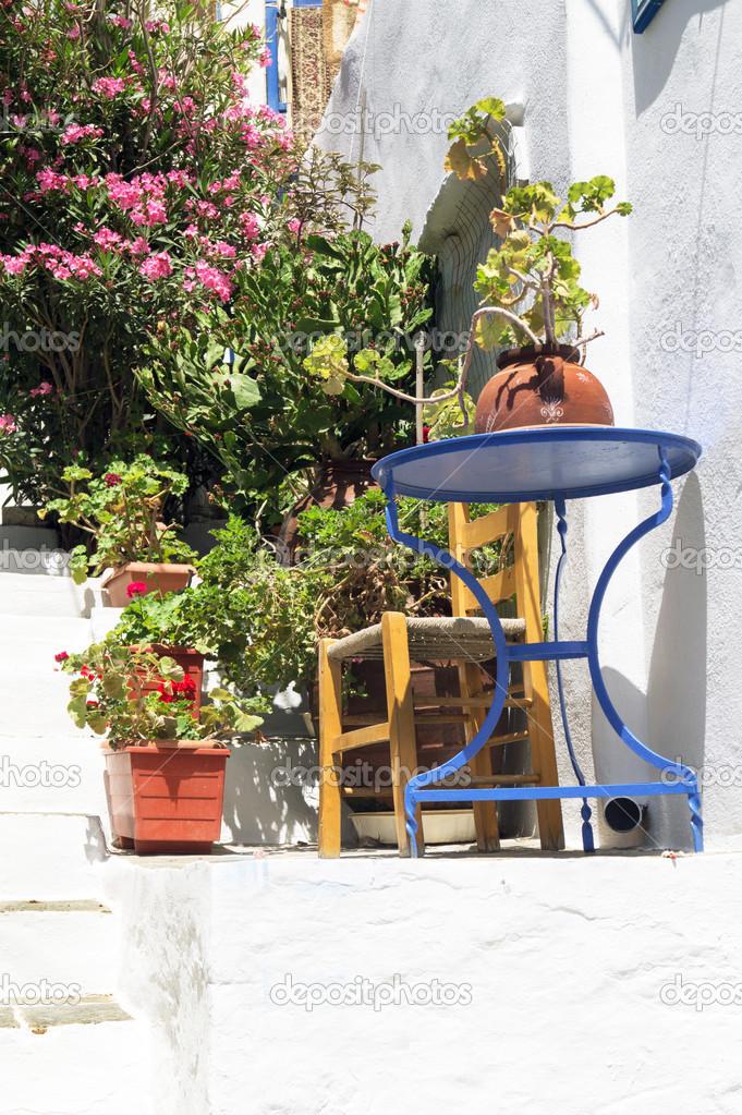 Décoration grecque traditionnelle avec table bleue — Photographie ...