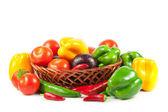čerstvá zelenina v košíku izolovaných na bílém. Bio zelenina. Co