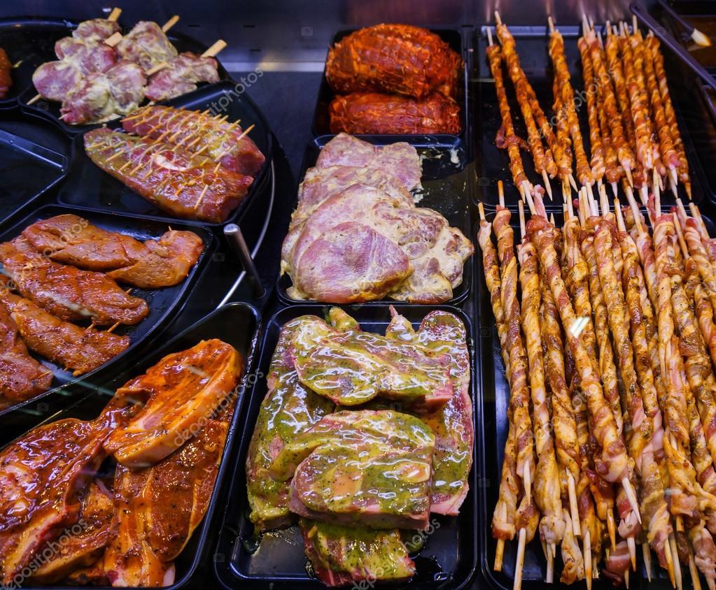 Carne marinado para asar a la parrilla en una exhibici n - Parrillas para asar carne ...