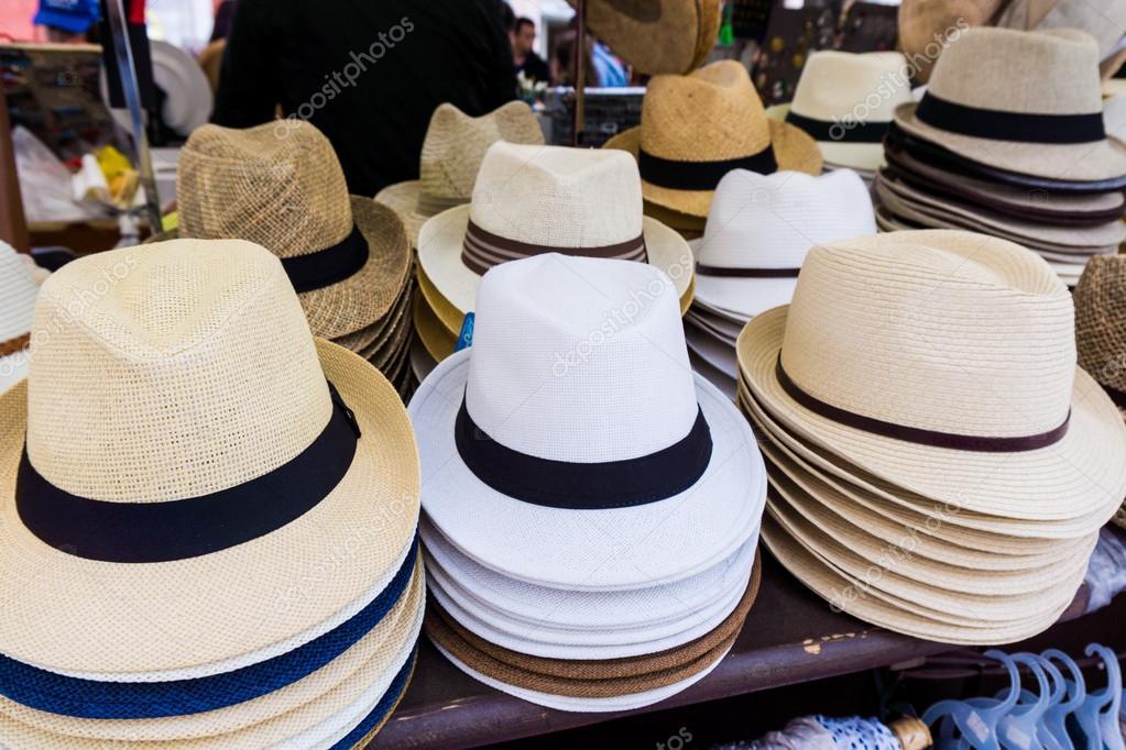 Sombreros de Panamá hechos a mano para la venta. sombreros de Panamá para  la venta en un puesto en el mercado. puesto de sombreros de paja -  imágenes  venta ... d444e2f945a