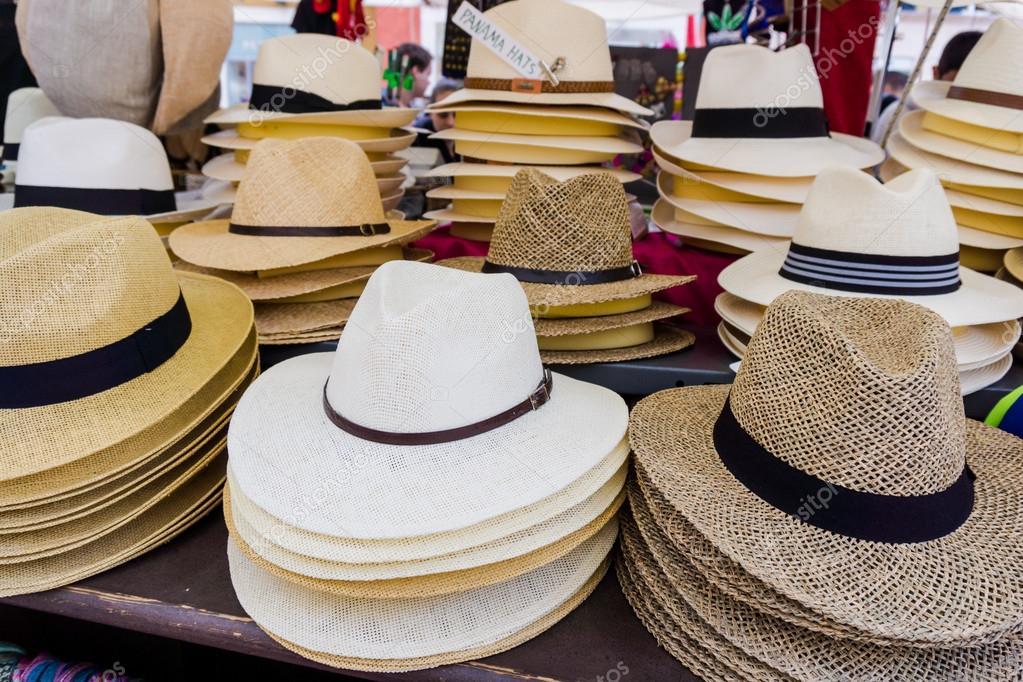 Sombreros de Panamá hechos a mano para la venta. sombreros de Panamá para  la venta en un puesto en el mercado. puesto de sombreros de paja — Foto de  ... 74729050ae8