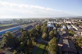 Vista della città aerea altamente dettagliata con ferrovie, strade, factorie
