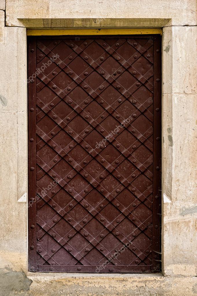 imagen cercana de puertas antiguas u foto de stock