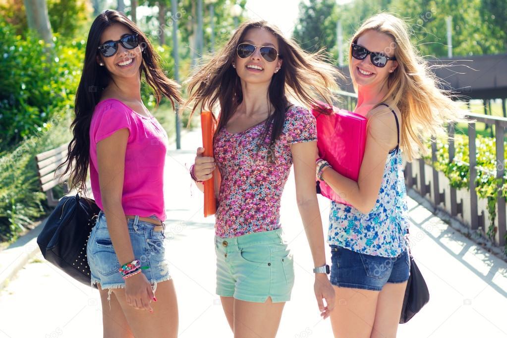 chicas bonitas estudiantes en el parque despus de la escuela u foto de nenetus