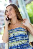 Fotografie schöne junge Mädchen sprechen über Handy auf der Straße