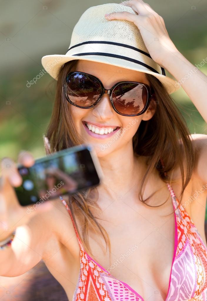 h bsche junge m dchen unter selfies mit ihrem smartphone stockfoto nenetus 50534107. Black Bedroom Furniture Sets. Home Design Ideas