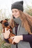 sladký zimní teenager a její pejsek