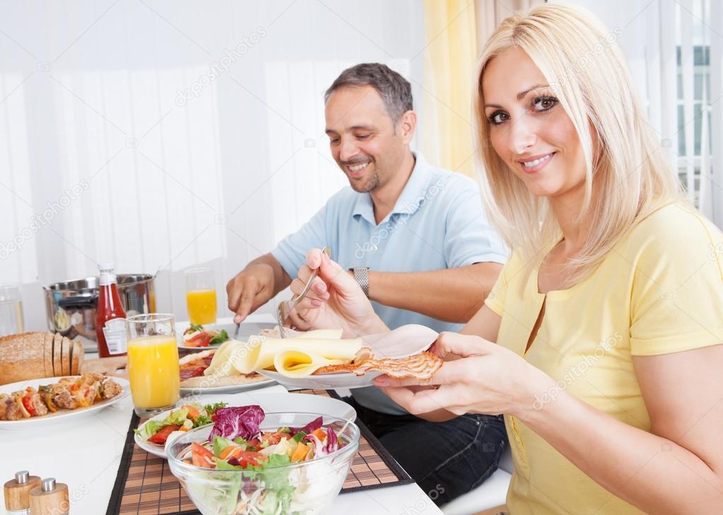 Familie, Die Abendessen An Einem Speisetische Isst