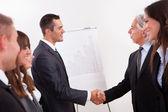 dva podnikatelé potřesení rukou