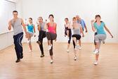 Skupina dělá aerobik cvičení