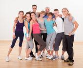 Fotografie Gruppe von Freunden posiert in der Turnhalle
