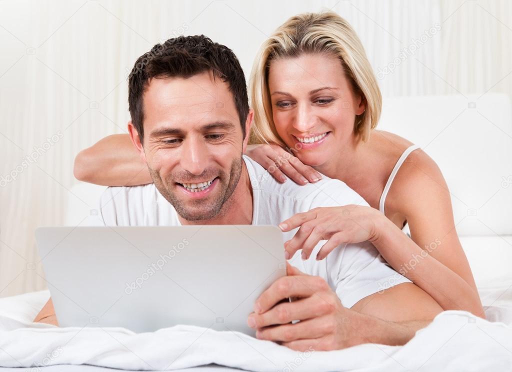 Giovane coppia di lettura schermo di un portatile u2014 foto stock