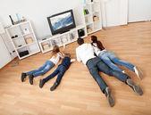 Fényképek Fiatal család otthon tévénézés