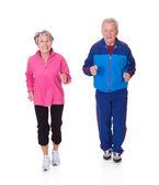 Porträt eines älteren Paares beim Joggen