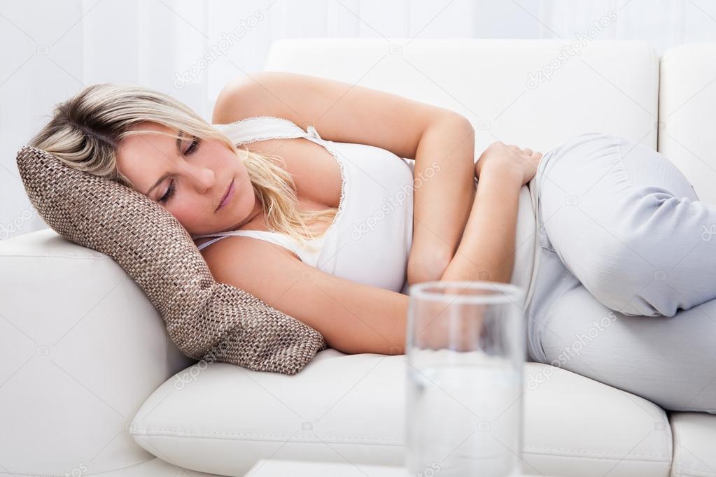 Видео женщины лежащей на животе