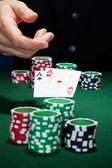 primo piano di una mano umana con carte da gioco