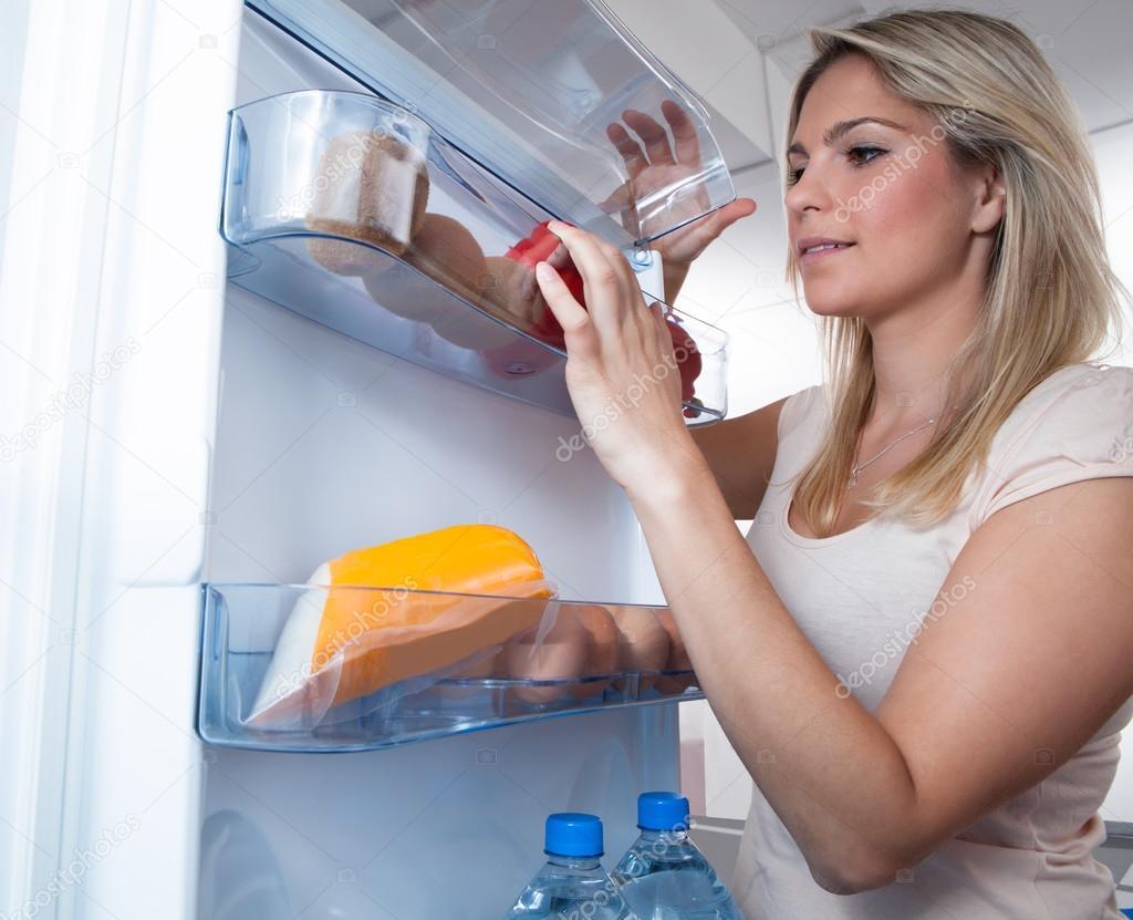 Frau suchen im Kühlschrank — Stockfoto © AndreyPopov #30373981