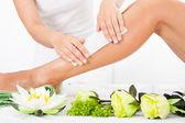 kosmetička dorůstající ženskou nohu