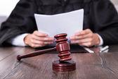 Richter im Besitz von Dokumenten