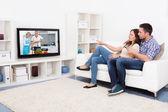 Fényképek fiatal pár néz televízió