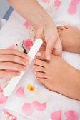 Fotografie Kosmetikerin, die Einreichung der Nägel von Frau