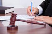 mužské soudce psaní na papír